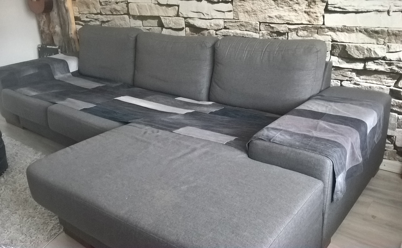 Harmaa sohvansuojus farkusta